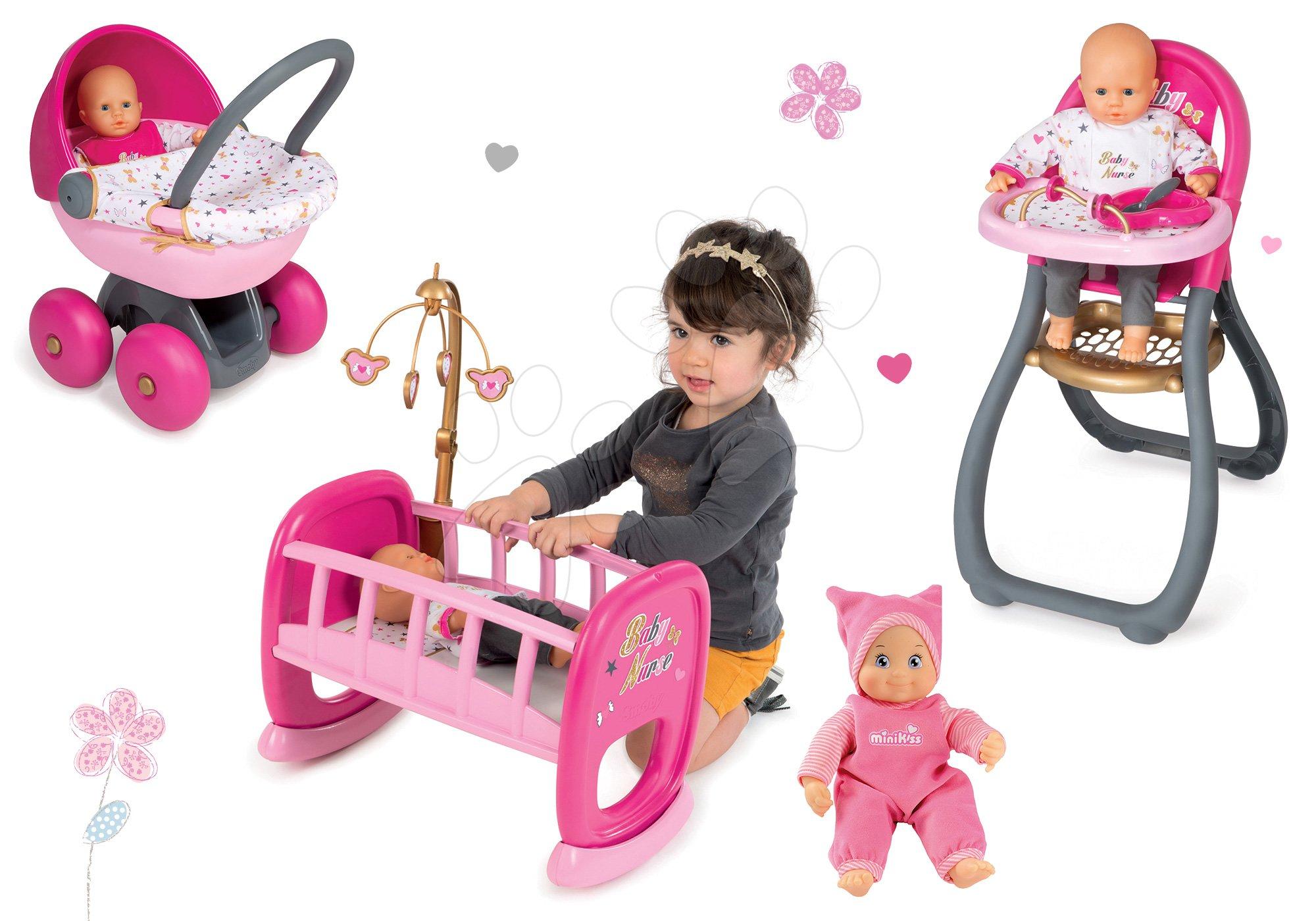 Set panenka Minikiss Smoby 27 cm, jídelní židle, kolébka s peřinkou a hluboký kočárek pro panenku )56 cm rujkojeť) od 18 měsíců