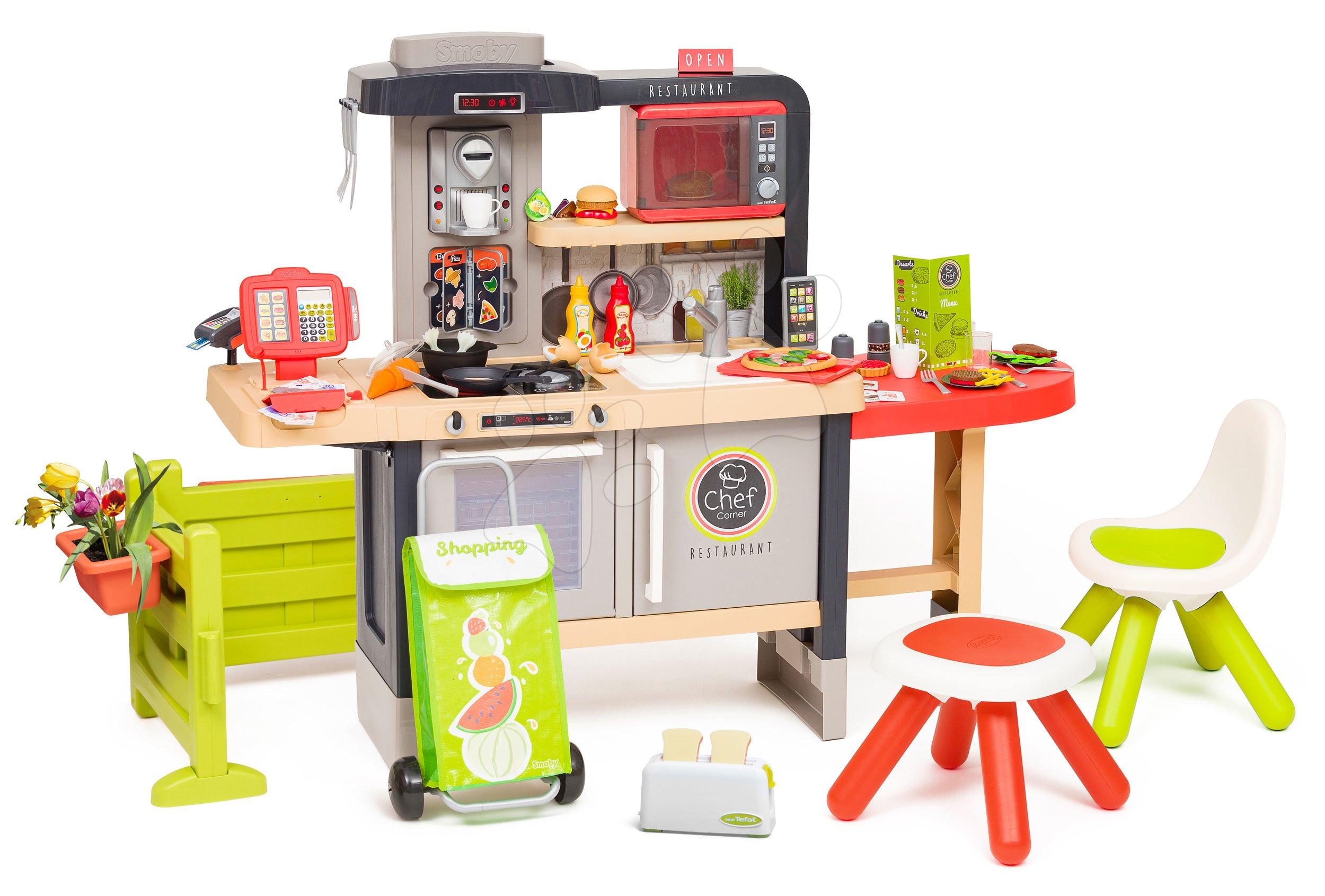 Restaurace s elektronickou kuchyňkou Chef Corner Restaurant Smoby s toasterem na zahradě