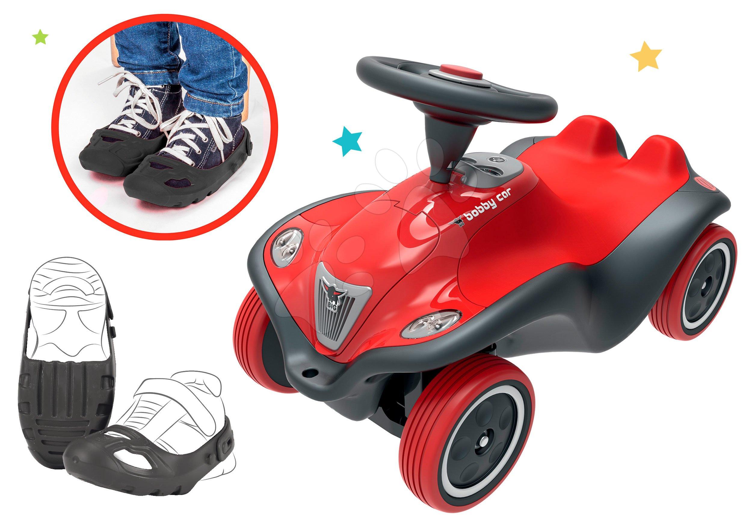 Set odrážedlo auto Next Bobby Car BIG červené a ochranné návleky na boty jako dárek od 12 měsíců