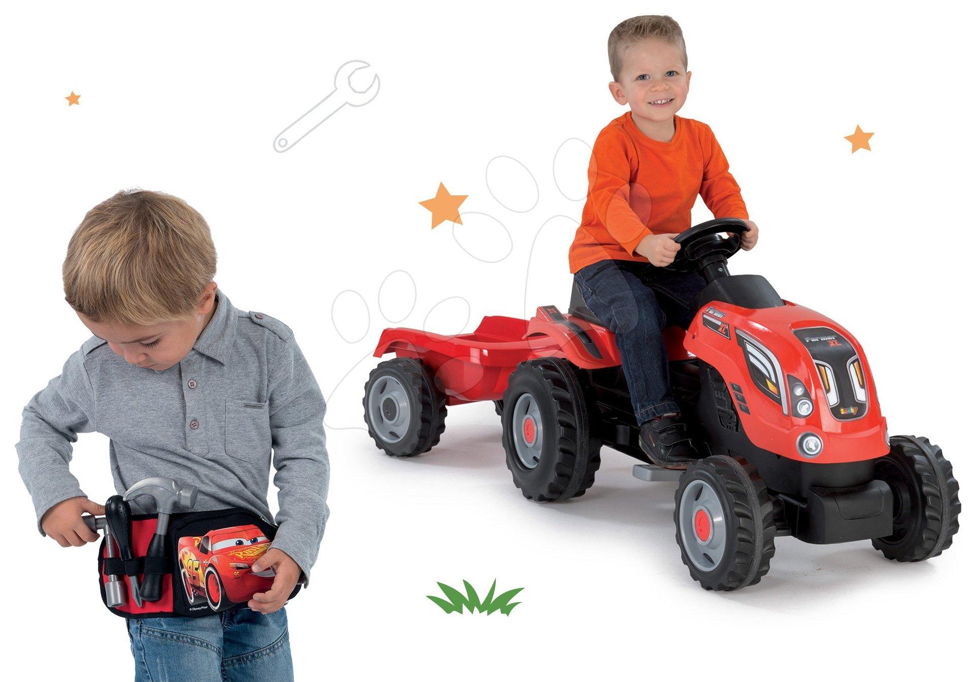 Komplet traktor na pedale Farmer XL Smoby in pas Avtomobili 3 z orodjem in žepom na zadrgo za darilo
