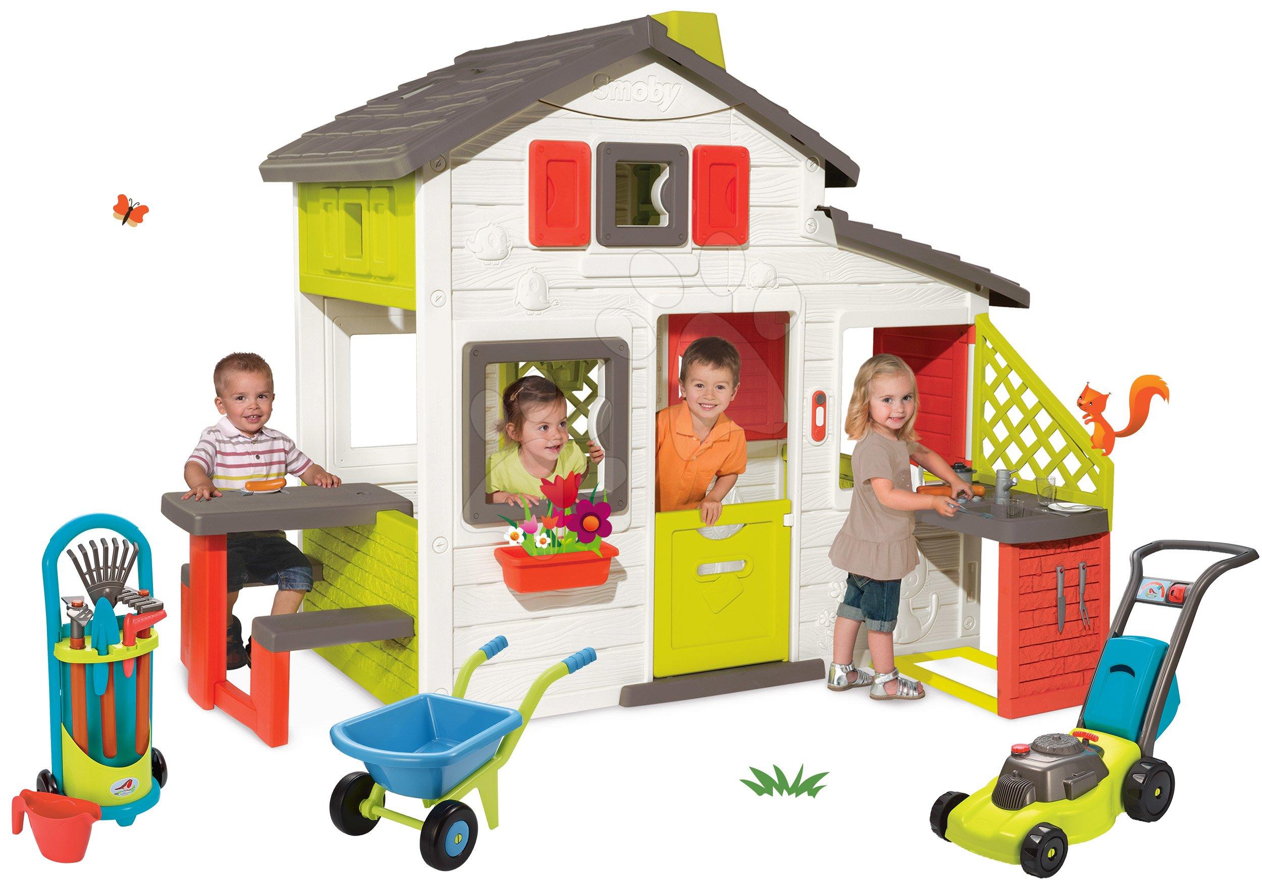 Set domeček Přátel Smoby s kuchyňkou a zvonkem a kolečko se zahradním nářadím a sekačkou