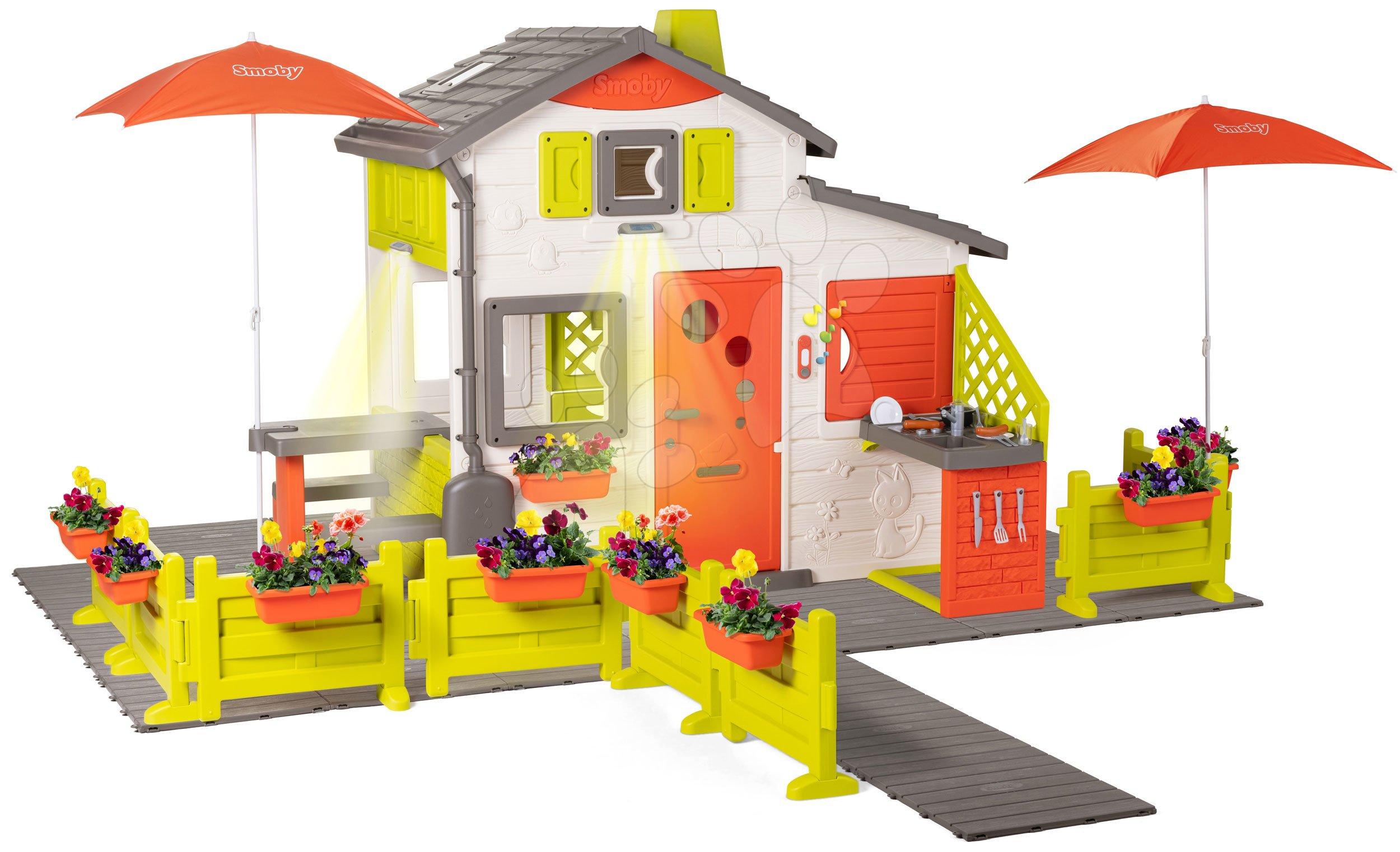 Domček Neo Friends House DeLuxe Smoby s kvetinovou prístupovou cestou a dvoma slnečníkmi