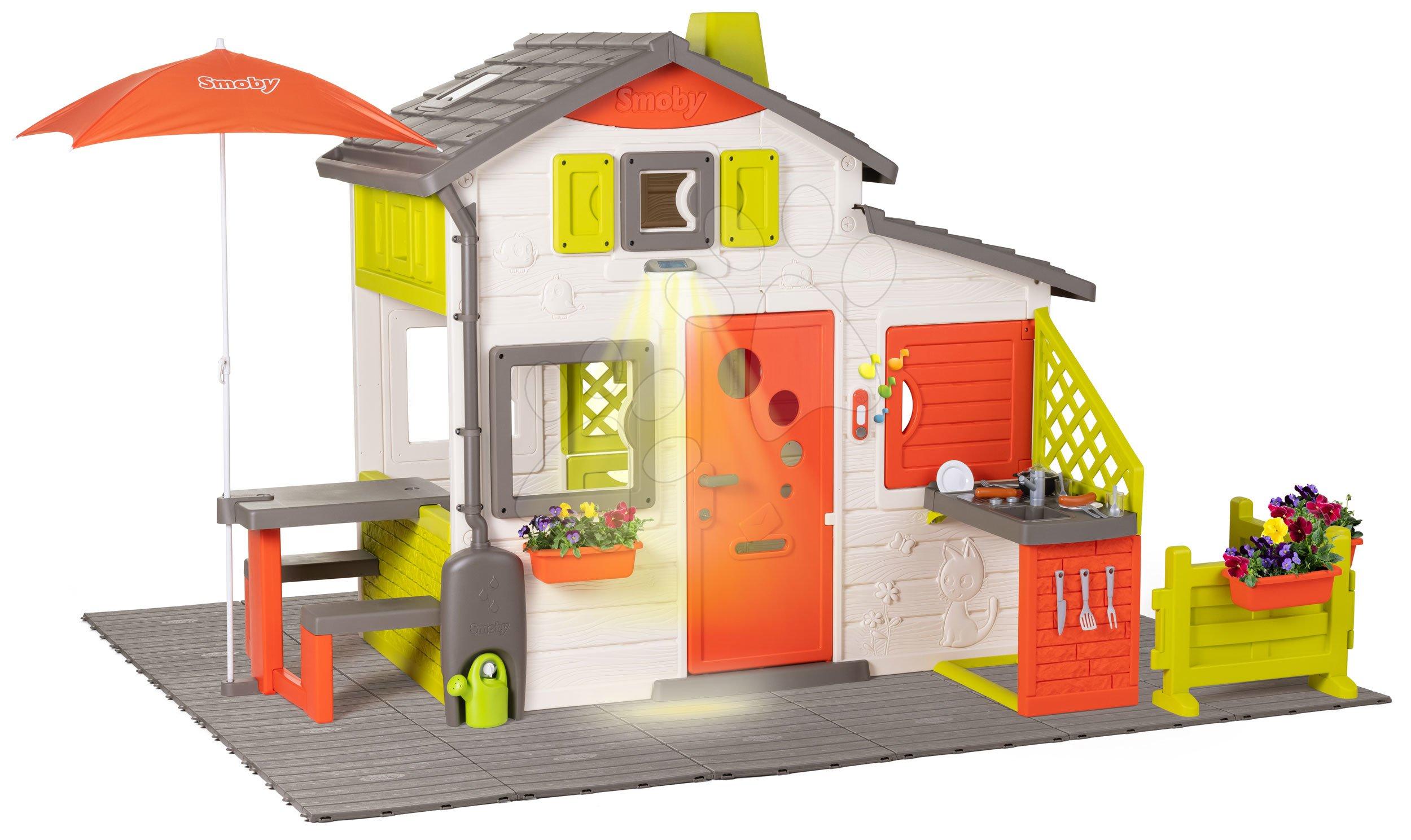Kućica Neo Friends House DeLuxe Smoby s piknik stolićem pod suncobranom na vrtu i kuhinjom