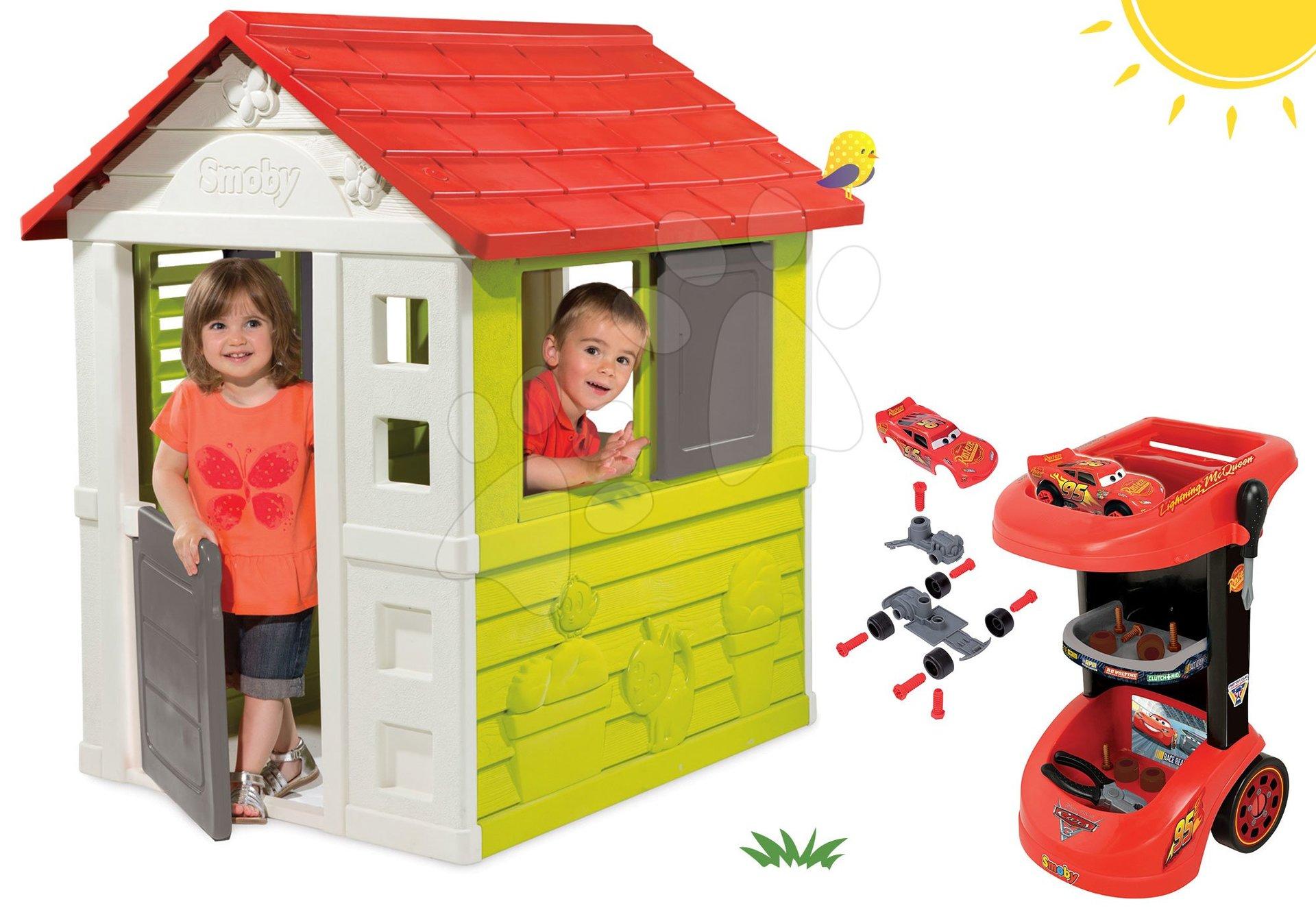 Set domeček Nature Smoby červený s 3 okny a 2 žaluziemi a pracovní dílna vozík Cars 3 od 24 měsíců