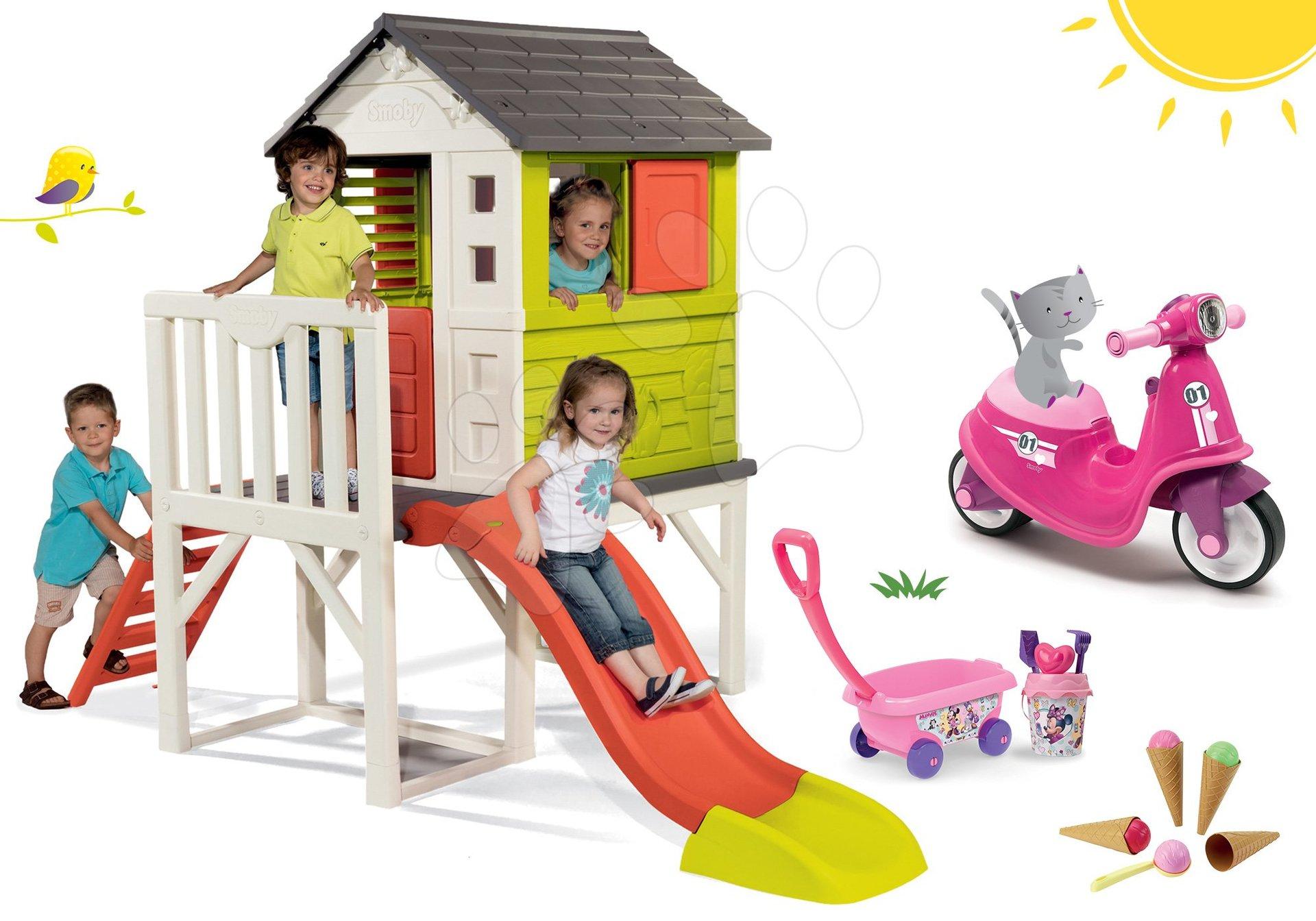 Set căsuţă pe piloni Pilings House Smoby cu tobogan de 1,5 m și babytaxiu cu roţi din cauciuc şi cărucior cu găleată şi îngheţată de la 24 luni