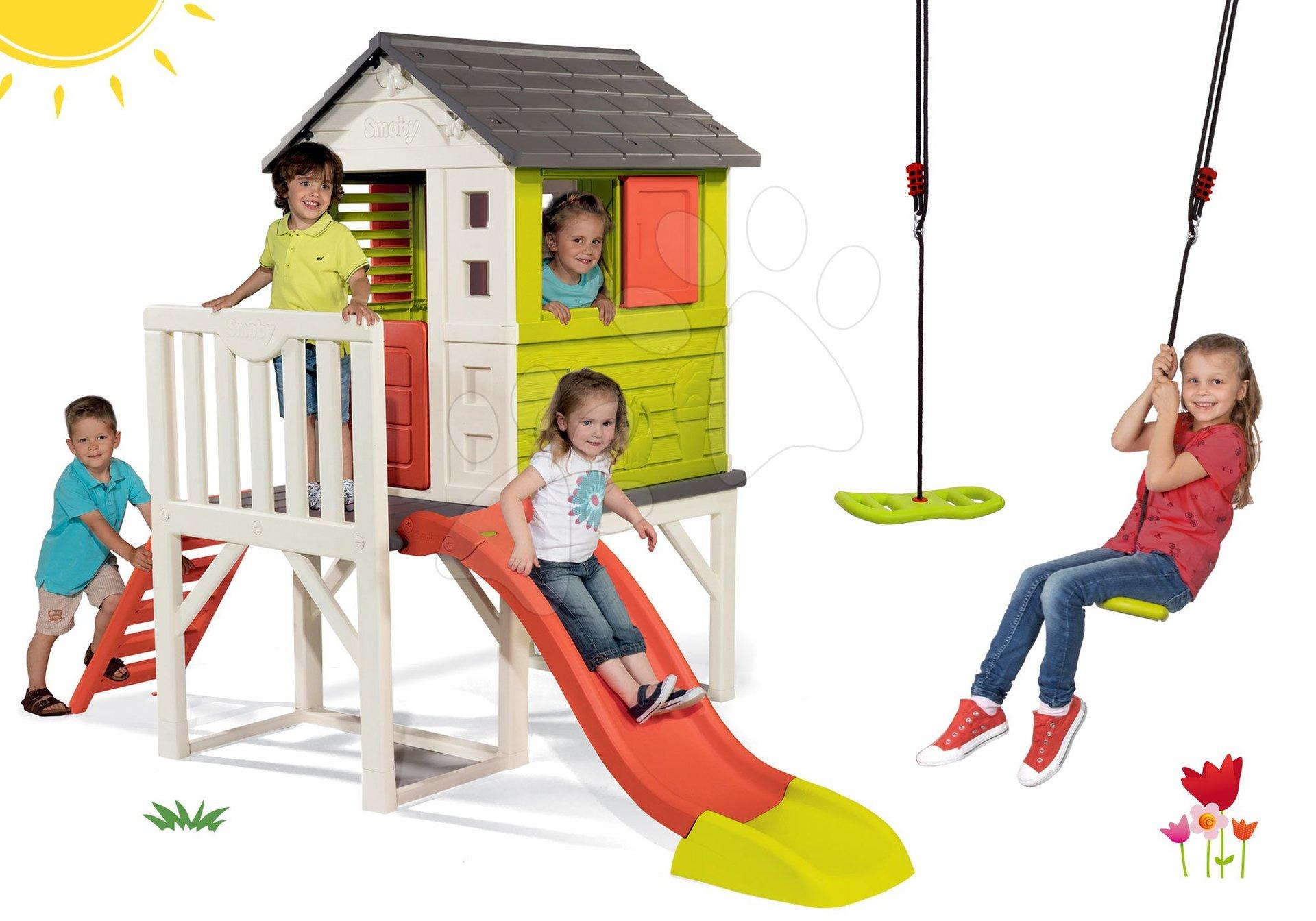 Set domeček na pilířích Pilings House Smoby s 1,5 m skluzavkou a výškově nastavitelná houpačka Activity Swing od 24 měsíců