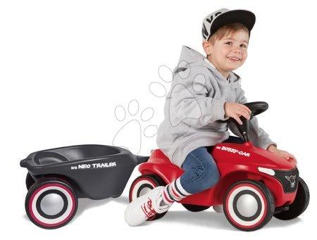 Otroški poganjalci - Komplet poganjalec Bobby Car Neo BIG rdeč z zvoki in 3-slojnimi gumijastimi kolesi ter ovalna prikolica z zamenljivimi pokrovi platišč