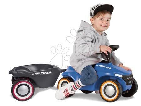 Otroški poganjalci - Komplet poganjalec Bobby Car Neo BIG moder z zvoki in 3-slojnimi gumiranimi kolesi ter ovalna prikolica z zamenljivimi pokrovi za platišča