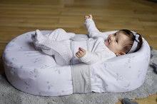 Hračky pre bábätká - Hniezdo na spanie Cocoonababy® pre bábätká Dreamy Cloud Red Castle 0-4 mesiacov s doplnkami s obláčikmi_7