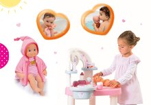 Set prebaľovací stôl pre bábiku Baby Nurse Srdiečko Smoby a bábika so zvukmi Minikiss na kúpanie 27 cm