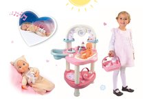 Set prebaľovací stôl pre bábiku Baby Nurse Srdiečko Smoby a bábika so zvukom MiniKiss do postieľky 27 cm