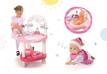 Set prebaľovací stôl pre bábiku Baby Nurse Srdiečko Smoby a bábika so zvukom MiniKiss lezúca 27 cm