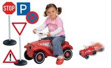 BIG 01303-3 bébitaxi Bobby Classic dudával piros+közúti jelzőtábla szett 10 fajta+húzható kisautó Mini Bobby