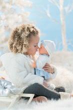 Panenky od 24 měsíců - Panenka Anais Winter Sparkle Mon Grand Poupon Corolle 36 cm s hnědýma mrkacíma očima od 24 měsíců_0