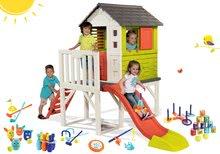 Set domeček na pilířích Pilings House Smoby s 1,5 m skluzavkou a sportovní set s plechovkovou pyramidou a kuželky od 24 měsíců