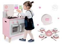 Set dřevěná kuchyňka Macaron Maxi Cooker Janod růžová a porcelánový set v kufříku