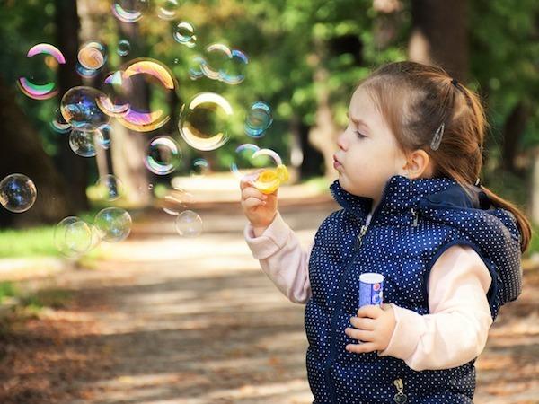 Foukání a pukání mýdlových bublin zlepšuje motoriku dítěte