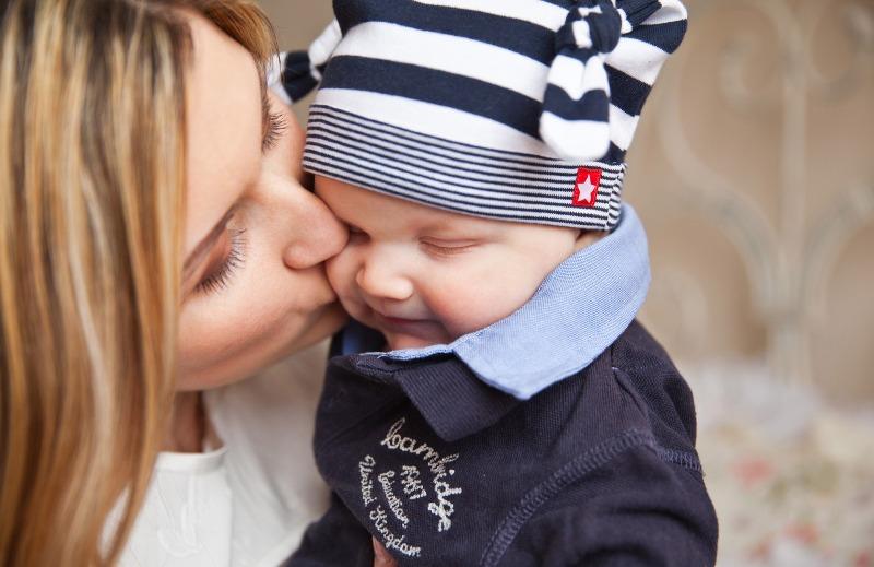 Kontaktní rodičovství o vztahu mezi matkou a dítětem.