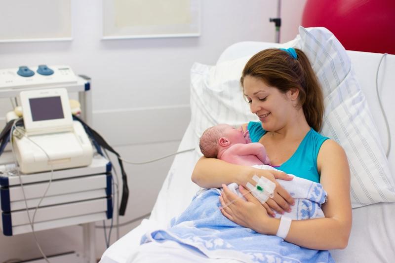 Po porode Pokud vám nebyl umožněn bonding nebo nekojíte, nezoufejte. Vazba s dítětem se dá vybudovat i tak.