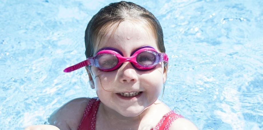 7 jednoduchých krokov, ako naučiť dieťatko plávať