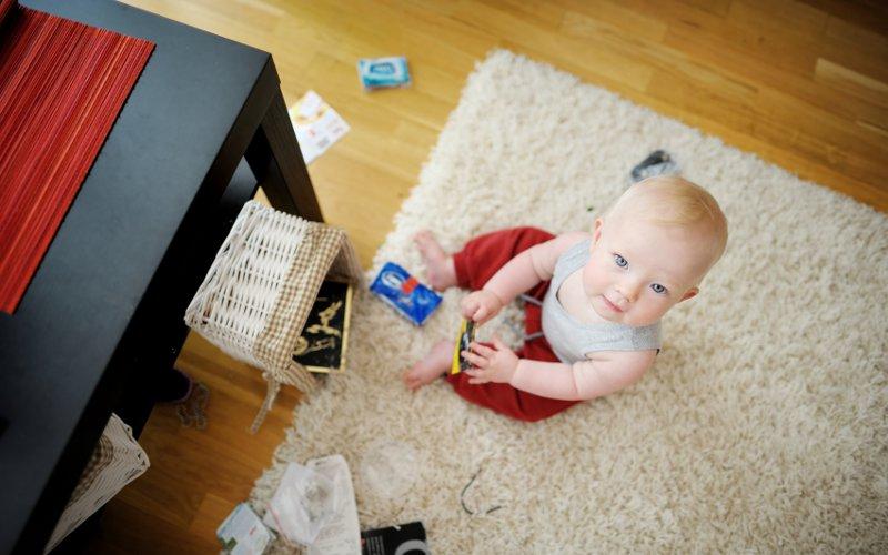 Chlapček uprostred rozhádzanej izby