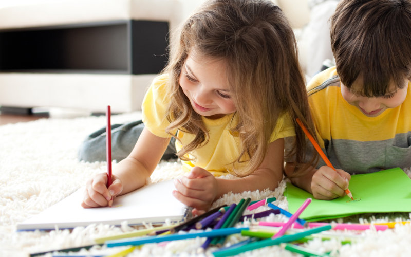Děti během kreslení