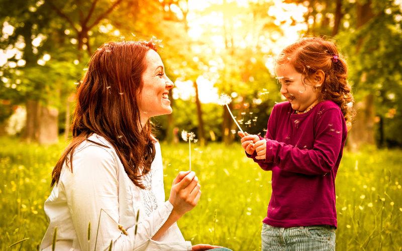Mamička s dcérkou na lúke