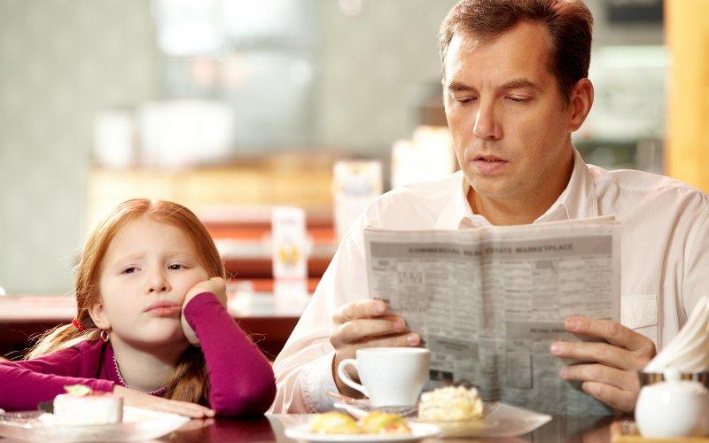 Znudené dievčatko s otcom